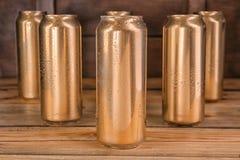 罐头在桌上的啤酒 免版税库存照片