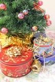 罐子在圣诞树下 免版税图库摄影