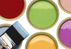 罐子绘与在白色背景的刷子 免版税库存照片