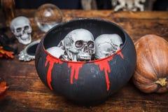 罐庆祝万圣夜的巫婆头骨 免版税库存图片