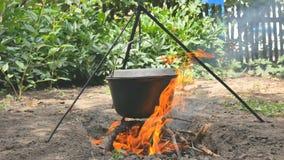 罐水垂悬在火 水煮沸 特写镜头 影视素材