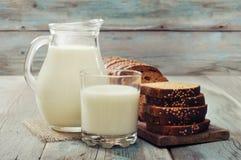 水罐牛奶 免版税图库摄影