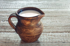 水罐牛奶 免版税库存照片
