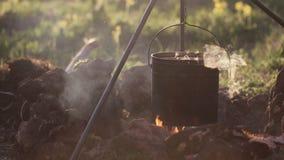 罐特写镜头用食物垂悬在火 影视素材