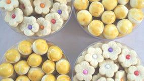 罐甜和五颜六色的蛋糕食物 免版税库存图片
