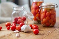 罐用卤汁泡的蕃茄 免版税图库摄影