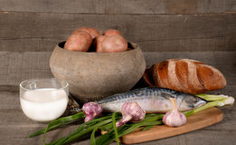 罐用土豆、牛奶和菜 免版税图库摄影