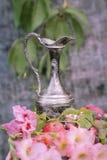 水罐用果子和花 免版税库存照片