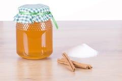 罐蜂蜜、糖和桂香 免版税库存图片