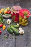 罐装和新鲜蔬菜 免版税库存图片