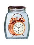 罐装时间概念 在玻璃保存的减速火箭的金黄闹钟 免版税库存照片