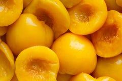 罐装桃子一半背景  免版税库存照片