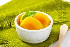 罐装桃子一半 免版税库存图片
