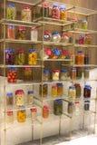 罐装水果和蔬菜,罐头用在架子的谷物 库存照片