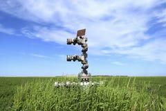 罐装油井反对天空和领域 库存照片