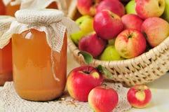 罐装苹果汁和苹果在篮子 图库摄影