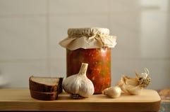 罐装菜、面包和大蒜 库存照片