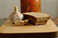 罐装菜、面包和大蒜 免版税图库摄影