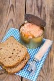罐装鱼三文鱼或金枪鱼在开放金属罐头 免版税库存图片