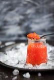 罐装鱼子酱纤巧玻璃瓶子红色 免版税库存照片