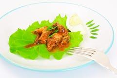 罐装鱼用在莴苣的鸡蛋 免版税库存图片