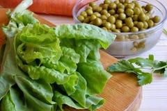 罐装绿豆,莴苣叶子 免版税库存图片