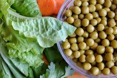 罐装绿豆,莴苣叶子 图库摄影