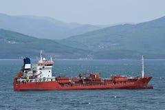 罐车在路停住的伊利亚斯 不冻港海湾 东部(日本)海 20 05 2014年 免版税库存照片
