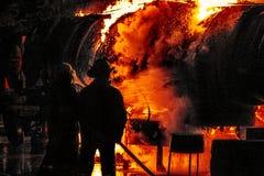 攻击罐车火焰的消防队员 免版税库存照片