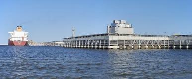 罐车靠码头在Swinoujscie液化天然气终端 免版税库存图片