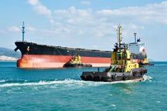 罐车驳船被推挤的强有力的拖轮在海 库存图片