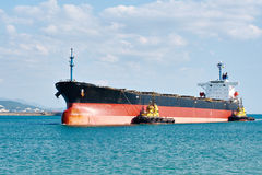 罐车驳船被推挤的强有力的拖轮在海 免版税库存照片