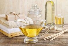 水罐金黄液体皂在卫生间里 免版税图库摄影