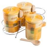 罐,在背景的陶瓷食物罐 免版税库存图片