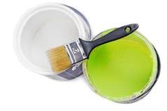 绘罐头和油漆刷 免版税库存照片