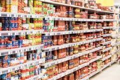 罐头和特别调味汁待售在超级市场立场 免版税库存图片