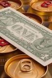 罐头啤酒和美元 库存图片