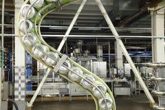 罐头在线的mojitos在Ochakovo工厂 库存照片