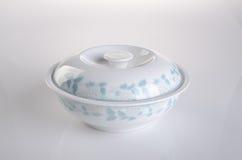 罐 在背景的砂锅 在backgroun的砂锅罐 库存图片