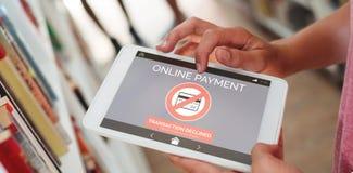 网上付款文本的综合图象在电话屏幕上的 免版税库存图片