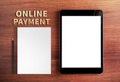 网上付款词和片剂和铅笔,白色pape顶视图  免版税库存照片