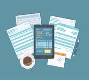 网上付税通过电话 有报税表的手机在屏幕上和薪水按 银行信用卡编码概念递藏品互联网 在线支付 免版税图库摄影