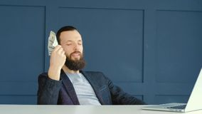 网上使用美元的收入金钱美满的人扇动 股票录像