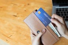 网上和支付与从钱包的一张信用卡的妇女购物 复制空间 库存图片