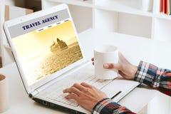 网上咨询的旅行 免版税图库摄影