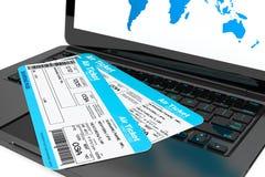 网上售票概念。有飞机票的膝上型计算机 库存图片