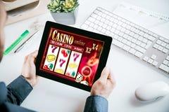 网上在片剂的赌博娱乐场赌博的接口 库存照片
