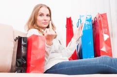 网上夫人购物和陈列淫秽姿态 免版税库存照片