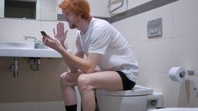 网上录影闲谈,当坐在洗手间,洗脸台时 免版税图库摄影
