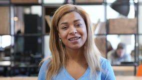 网上录影闲谈,照相机观点的黑人妇女, Skype 股票录像